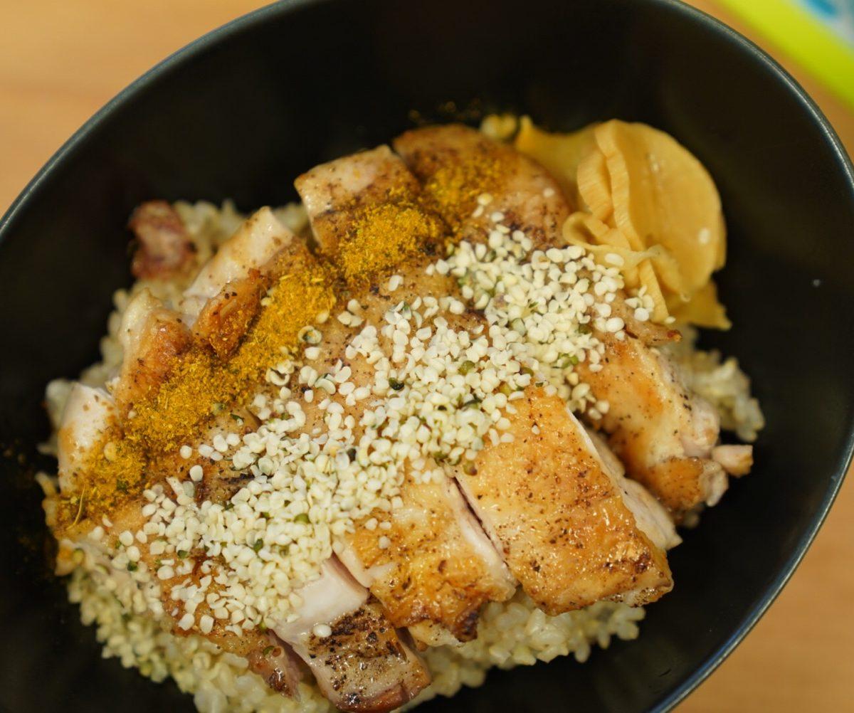 #ヘンプフーズレシピ カレー風味ヘンプ鳥モモ丼